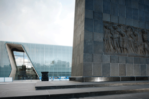 The Museum of the History of Polish Jews stands next to the memorial to the Warsaw Ghetto Uprising. Photo by Juha Salminen.