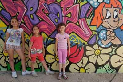A group of Israeli kids stands near an A4I mural. All images courtesy of Artists 4 Israel.