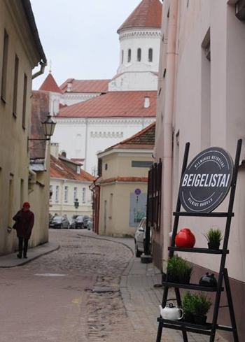 Cobblestoned alley ways in the heart of Vilnius. Photo courtesy of Beigelistai.